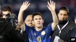 Lionel Messi chào người hâm mộ vào cuối trận giao hữu với Trinidad và Tobago ở Buenos Aires, Argentina, 4/6/2014.