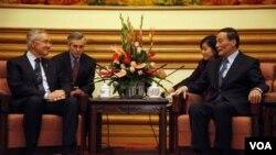 Ketua Mayoritas Senat Amerika Harry Reid (kiri) berbicara dengan Wakil Perdana Menteri Tiongkok Wang Qishan (kanan) dalam pertemuan di Beijing, Kamis (21/4).