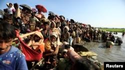 Pengungsi Rohingya yang melarikan diri dari Myanmar menunggu kedatangan para penjaga perbatasan Bangladesh setelah melintasi perbatasan di Palang Khali, Bangladesh, 16 Oktober 2017. (Foto: dok).