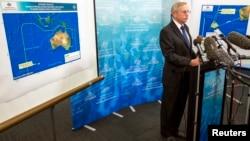 澳大利亞海事安全機構緊急回應處負責人約翰‧揚回答記者提問