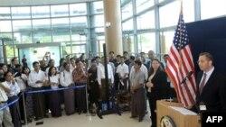 Ðặc sứ Hoa Kỳ Derek Mitchell nói chuyện tại một cuộc họp báo tại sân bay quốc tế ở Rangoon, Miến Ðiện