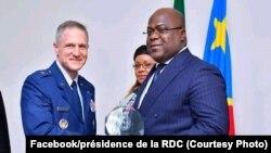 Président Félix Tshisekedi na bokutani na Général de brigade Steven deMilliano ya mampinga ya Etats-Unis, na cité ya Union africaine, Kinshasa, 18 juin 2019. (Facebook/présidence de la RDC)