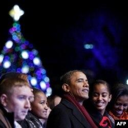 Prezident Barak Obama oilasi bilan Oq Uy oldidagi archa bayramida