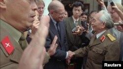 지난 1995년, 잡 장군이 맥나마라 미 국방장관을 만나 악수하고 있는 모습(자료사진)