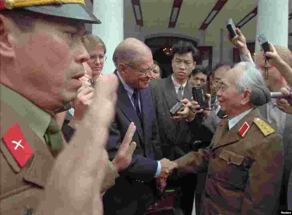 Cựu Bộ trưởng Quốc phòng Mỹ Robert McNamara bắt tayĐại tướng Võ Nguyên Giáp tại Hà Nội, ngày 9/11/1995.