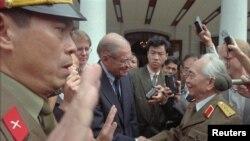 """Hình minh họa: Tướng Võ Nguyên Giáp tiếp cựu Bộ Trưởng McNamara. Pew cho rằng con số 70% người ủng hộ quân đội cầm quyền tại Việt Nam có thể là do sự """"hoài niệm quá khứ."""""""
