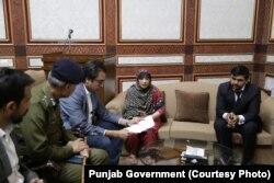 پنجاب حکومت کے ترجمان شہباز گل نے متاثرہ خاتون سے ملاقات کی۔