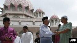 Thủ tướng Malaysia Najib Razak (người thứ 2 từ phải) gặp dân chúng sau lễ cầu kinh thứ Sáu tại đền thờ Putra bên ngoài thủ đô Kuala Lumpur