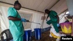 Zdravstveni radnici, članovi Lekara bez granice pomažu obolelima od ebole u Sijera Leoneu