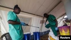 Médicos Sem Fronteiras no centro de tratamento do Ébola em Kailahun, Serra Leoa.