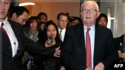 Ðặc sứ Hoa Kỳ Stephen Bosworth (phải) và Ðại sứ Hoa Kỳ tại IAEA Glyn Davies đi dự cuộc họp ở Geneve