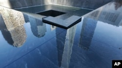 Bayangan gedung World Trade Center Stair di salah satu kolam Memorial 9/11 di New York.
