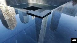 Bayangan gedung World Trade Center Stair di salah satu kolam Memorial 9/11 di New York.