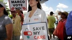 Studentkinja medicine Rebecca Tanenbaum prosvjeduje protiv prijedloga novog zakona o zdravstvenoj zaštiti