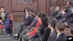 Mme Obama en train de dialoguer avec des jeunes africains