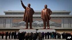 Монумент Ким Ир Сена (слева) и Ким Чен Ира. КНДР, Пхеньян.