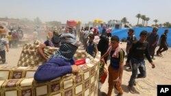 Raseljeni civili iz Ramadija čekaju humanitarnu pomoć iz Ujedinjenih nacija