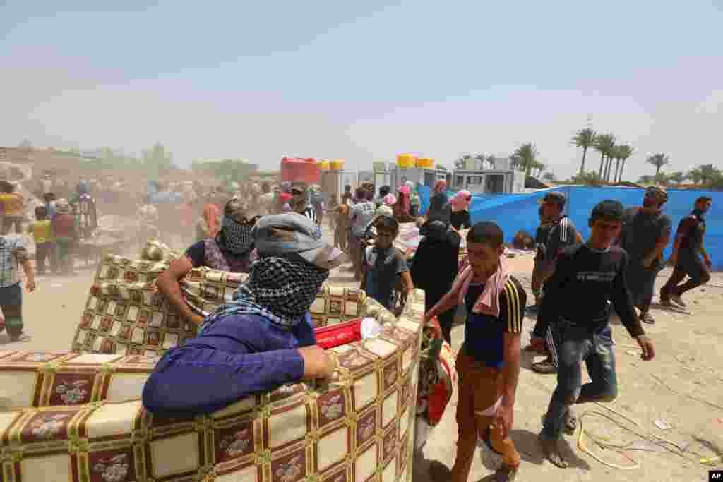 اقوام متحدہ کے ایک کیمپ میں متاثرہ افراد کو امداد فراہم کی جا رہی ہے۔