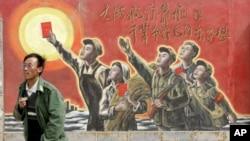 一人走过银川郊外一家电影制片厂的文革宣传画(资料照片)
