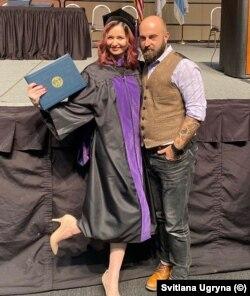 Світлана з чоловіком під час отримання диплома про юридичну освіту у США