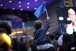 26일 벨기에 브뤼셀의 유럽 의회 밖에 설치된 대형 스크린 앞에서 어린 아이가 유럽연합(EU) 깃발을 흔들고 있다.
