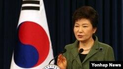 박근혜 한국 대통령이 취임 1주년인 25일 청와대 춘추관에서 기자회견을 열고 경제혁신 3개년 계획 대국민 담화를 발표하고 있다.