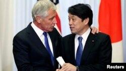 美國國防部長哈格爾 (左) 與日本防衛相小野寺五典 (左) 握手