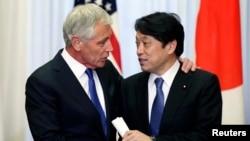 Menhn AS Chuck Hagel (kiri) dan Menhan Jepang Itsunori Onodera dalam pertemuan di Tokyo (5/4).