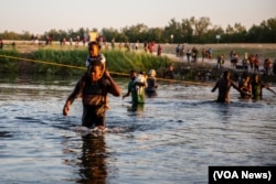 After days sleeping under the heat, Haitian migrants are taking their chances on the Mexican side of the border. (Stephania Corpi/VOA)