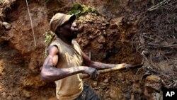 (Photo d'archives) Un mineur creuse le sol à la recherche de l'or et de la cassitérite dans la mine de Nyabibwe, dans l'Est de la RDC, le 17 aout 2012.