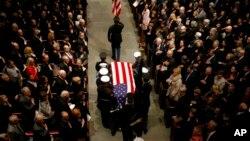 美国前总统乔治·H·W·布什的灵柩盖着国旗,由美国联合军种仪仗队抬着进入休斯敦的圣马丁教堂