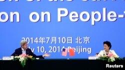 Menteri Luar Negeri AS John Kerry berbicara dengan Wakil Perdana Menteri China Liu Yandong dalam pembicaraan tahunan ke-5 AS-China di Beijing (10/7).