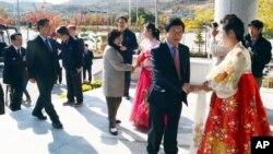 Para anggota legislatif dari Korea Selatan disambut oleh para penerima tamu dari Korea Utara setibanya mereka di komplek industri bersama Kaesong, Korea Utara, 30/10/2013.