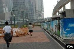有香港市民認為目前大片中環海濱用地被鐵絲網圍封很浪費