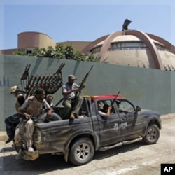 Des rebellesà l'intérieur de Bab al-Aziziya (24 août 2011)