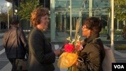 国会候选人苏珊.舒尔提(左)在地铁站拉票(美国之音:杨晨拍摄)