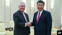 Ngoại trưởng Mỹ Rex Tillerson bắt tay Chủ tịch Trung Quốc Tập Cận Bình trước cuộc họp tại Đại sảnh Nhân dân ở Bắc Kinh, ngày 30/9/2017.