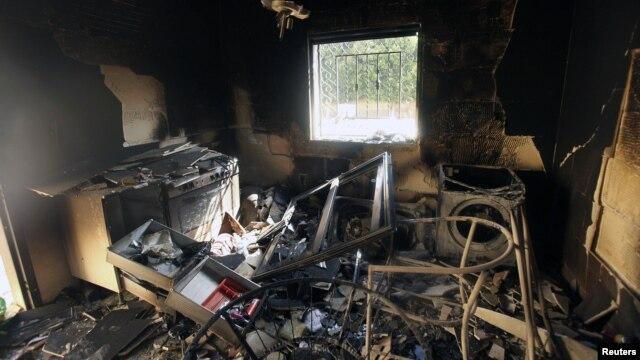 Keadaan konsulat AS yang dibakar dan diserang di Benghazi, Libya pada 2012. (Foto: Dok)