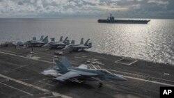 Ảnh do Hải quân Hoa Kỳ cung cấp cho thấy một chiến đấu cơ Super Hornet F/A-18 đáp xuống tàu sân bay Ronald Reagan ở Biển Đông, đi kèm là tàu sân bay Mỹ USS Nimitz, ngày 6/7/2020. (Mass Communication Specialist 2nd Class Samantha Jetzer/U.S. Navy via AP