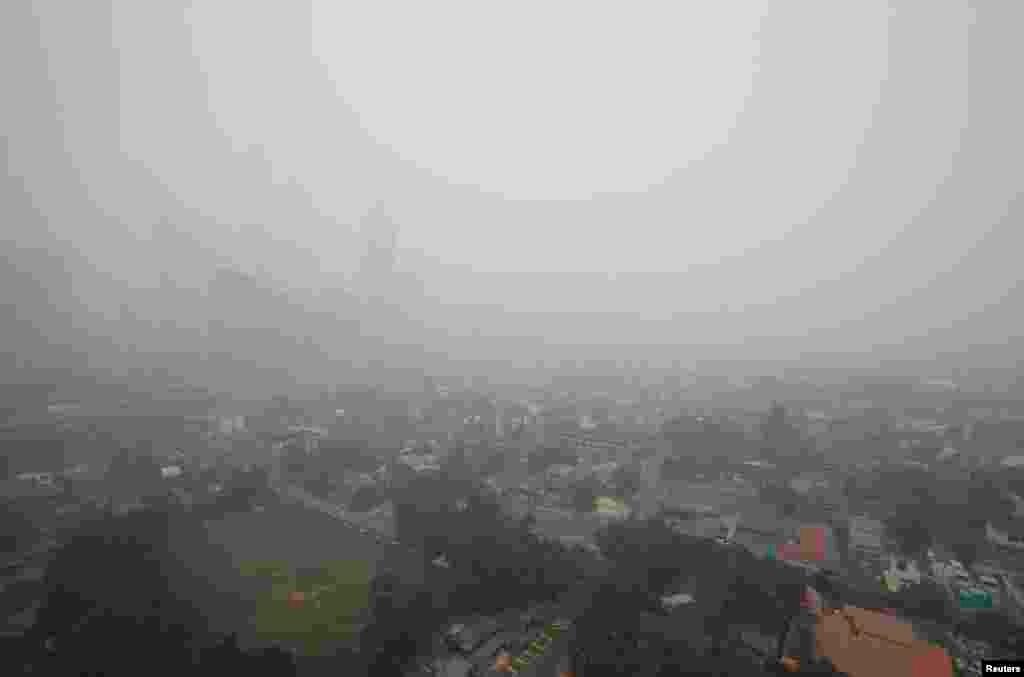 Ibukota Malaysia Kuala Lumpur tertutup kabut asap pada Minggu (23/6). Pemerintah Malaysia menyatakan situasi darurat di dua daerah di negara bagian Johor karena polusi udara akibat pembakaran hutan di Indonesia telah mencapai tingkat berbahaya.