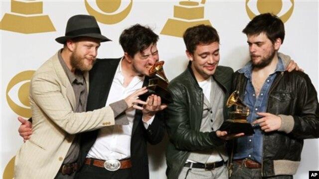 Thành viên của ban nhạc Mumford & Sons, từ trái: Ted Dwane, Marcus Mumford, Ben Lovett và Winston Marshall.