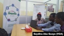 Ibrahima Kane et des stagiaires en formation que lui envoie l'Ecole supérieure polytechnique de Dakar, le 29 avril 2017. (VOA/Seydina Aba Gueye)