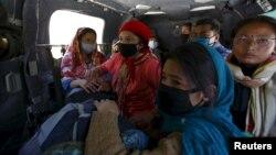 네팔 수도 카트만두 북동부 신드후팔초크 지구에서 지진 피해를 입은 주민들이 3일 정부군 헬리콥터로 이송되는 모습.
