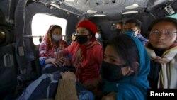 3일 네팔 지진 피해 지역인 신드후팔초크에서 지진 발생 8일 만에 구조된 생존자가 육군 헬기로 병원으로 옮겨지고 있다.