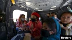 Korban gempa bumi dibawa dengan helikopter militer dari distrik Sindhupalchok ke Kathmandu, Nepal, 3 Mei 2015.