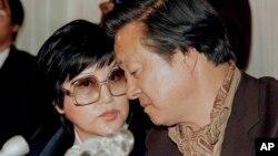 신상옥 감독(오른쪽)과 배우 최은희 씨가 미국 망명 직후인 지난 1986년 5월 워싱턴에서 기자회견을 하고 있다. 북한에 납치됐던 이들은 1986년 3월 오스트리아를 영화 촬영 차 방문했다가, 북한 감시원을 따돌린 후 미국대사관에 망명을 요청했다. (자료사진)