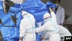 Японські військові допомагають робітникам неподалік атомної електростанції