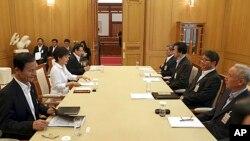 ທ່ານນາງ Park Geun-hye, ປະທານາທິບໍດີເກົາຫລີໃຕ້, ປະຊຸມກັບຄະນະເຈົ້າໜ້າທີ່ຄວາມໝັ້ນຄົງ ເພື່ອຫາລືກັນ ເລື້ອງກອງປະຊຸມລະຫວ່າງເໜືອແລະໃຕ້, ວັນທີ 10 ມິຖຸນາ 2013ມ ທີ່ທໍານຽບປະທານາທິບໍດີ ໃນນະຄອນຫລວງໂຊລ.