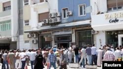 Poytaxt Tripolida odamlar bankdan pul olish uchun navbatda turibdi. 25-may 2016-yil.