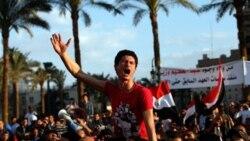 이집트의 수도 카이로의 타흐히르 광장에 집결해 군사위원회의 해체를 요구하며 시위를 벌이는 시민들